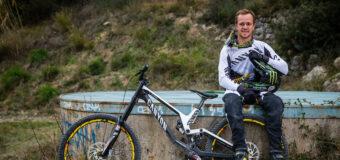 Видео: Трой Броснан преодолява стръмни глинести трасета в Морзин